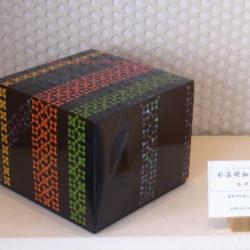 彩漆螺鈿紋箱「連」